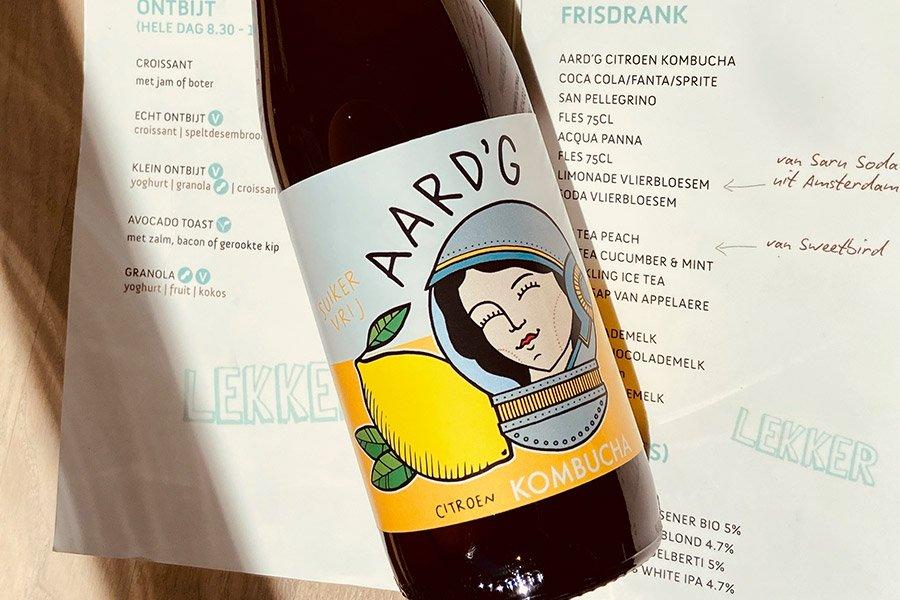Een fles Aard'g Citroen Kombucha op het menu van ECHT Alkmaar waarop de citroen kombucha aan geboden wordt.