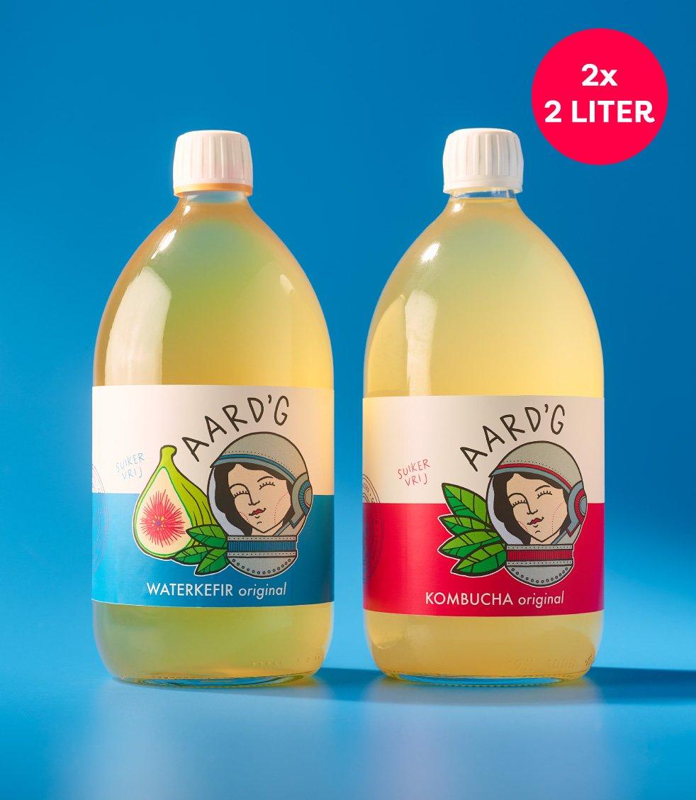 Een fles Aard'g Kombucha Original en Waterkefir Original op een blauwe achtergrond.