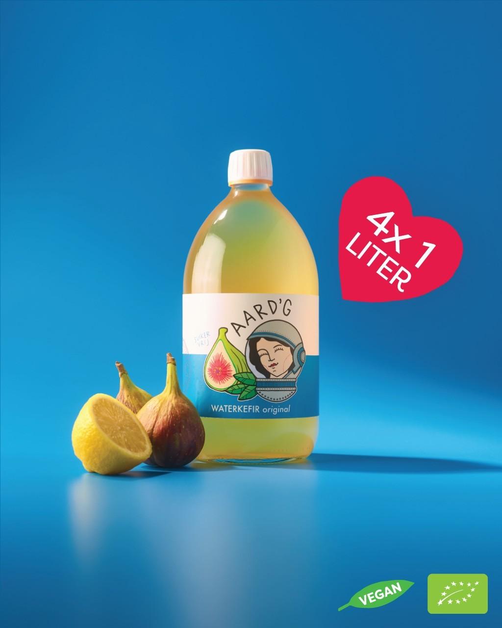 Een fles Kombucha Original van het merk Aard'g op een blauwe achtergrond. Naast de fles staat een hartje waarin de inhoud van 4x 1 liter staat aangegeven. In de rechter onderhoek staat het SKAL keurmerk weergegeven.