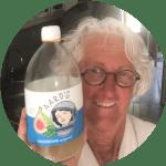 Foto van Carla met een fles Aard'g Waterkefir Original